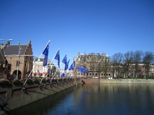 The flags of Nuclear Summit 2014 have been put up at the Binnenhof.